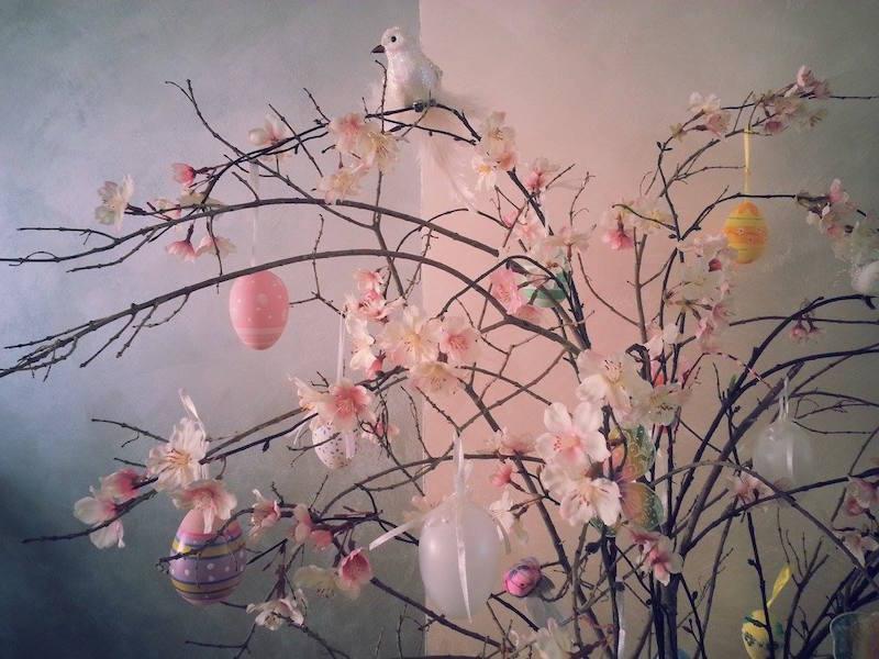 L 39 albero di pasqua che bella tradizione confidenze - Decori pasquali per la casa ...
