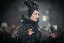 """Malefica, la strega più ipnotica e accattivante delle fiabe ha il volto di Angelina Jolie. La fata buona dalle grandi ali è una donna ferita dal re Stefano e che per vendetta getterà il terribile maleficio su sua figlia, la dolce Aurora della fiaba """"La bella Addormentata"""""""