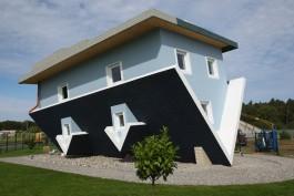 La casa sottosopra nell'Isola di Usedom in Germania è diventata una vera e propria meta turistica