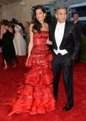 Look spagnoleggiante per la signora Clooney, il cui accessorio migliore rimane sempre il marito George