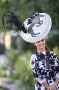 Oscurato ormai dagli eccentrici cappellini, spesso non si pensa che il Royal Meeting è in realtà un'importante gara ippica. Per fortuna questa ragazza ce lo ricorda.