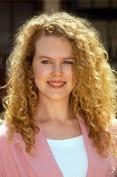 """Iniziamo la nostra carrellata di rosse doc con una giovanissima Nicole Kidman agli inizi degli anni 90. Rossa naturale, riccia e concedetemelo, meno """"ingessata"""" di ora, la giovane Nicole non sembra nemmeno la stessa donna che incede fiera sui tappeti rossi ai  giorni nostri. Nicole si preferisce bionda, è la nostra rossa pentita"""
