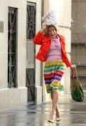 Carrie Bradshaw e udite udite non l'attrice che la interpreta, Sarah Jessica Parker, è la nostra icona fashion degli anni Duemila. I suoi look sfoggiati durante la fortunatissima serie tv  Sex and the City sono stati amati, ammirati e copiati da tutte le fashion victim del pianeta. Il segreto del suo successo? Abiti anni Ottanta e Novanta mixati con vestiti da sera, borse, accessori, colori sgargianti e tacchi altissimi. Ricordate il tutù e la canotta, i colori accostati in maniera improbabile eppure così tanto Sex and the City?