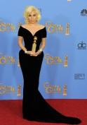 Sorpresa della serata è stata Lady Gaga, non solo per il suo Golden Globe ma anche per il nuovo look sempre più sobrio ed elegante. Per la serata ha infatti optato per uno stile alla Marilyn Monroe grazie all'abito nero di Atelier Versace