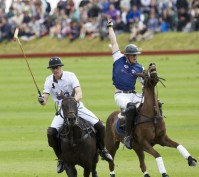 I principi William e Harry sono stati immortalati mentre praticavano qualsiasi tipo di sport ma da buoni Inglesi il polo è sempre nei loro cuori.