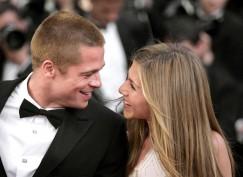 """Ma guardateli che carini! Erano una coppia perfetta Jennifer Aniston e Brad Pitt: biondi e innamorati convolano a nozze nel 2000 facendo sognare tutti i fans del telefilm più in voga dei tempi, """"Friends"""". Evviva, la dolce Rachel sposa il sex symbol di Hollywood. E poi? Poi come un fulmine appare la demoniaca Angelina (che di angelico ha solo il nome) a mettere fine al loro idillio tutto capelli al vento e sorrisi smaglianti. Ora la dolce Jen si è risposata con Justin Theroux che manco a dirlo pare che l'abbia appena tradita. Solo tristezza dopo Brad..."""