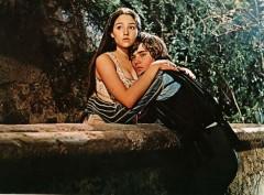 """Inutile quasi nominarlo. Chi non hai mai visto o letto """"Romeo e Giulietta""""? Di sicuro è stato una delle opere più riprese dal cinema e di sicuro una delle versioni più famose è stata quella del regista italiano Zeffirelli che firma la regia del film nel 1968."""