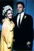 Elisabeth Taylor e Richard Burton: la loro unione è stata una fra le più chiacchierate di Hollywood fra liti furibonde e riappacificazioni magistrali, consumata sul set di film del calibro di Cleopatra. Si sposarono la prima volta nel 1964 per poi lasciarsi dopo 10 anni e risposarsi nel 1975, per poi divorziare di nuovo. Lei dichiarerà più avanti che Richard è stato il suo più grande amore e che era certa si sarebbero risposati una terza volta. La regina Cleopatra sapeva amare con magnificenza.