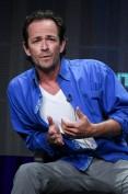"""Ha appena compiuto 50 anni Luke Perry, il famigerato Dylan McKay della serie televisiva cult degli anni '90 """"Beverly Hills 90210"""". Munito di moto, auto sportiva, surf, T-shirt bianca e giubbotto di pelle ha fatto cadere ai suoi piedi milioni di ragazzine. Col suo fascino da dannato ribelle resta nel nostro cuore pur non avendo fatto molto altro, in termini cinematografici. C'è chi dice che è invecchiato male, con quella stempiatura e le rughe marcate, io lo trovo sempre irresistibile...ed è l'unico """"graziato"""" della nostra gallery, ma giusto perchè è il suo compleanno! Buon compleanno Dylan!"""