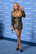 Ci sfreghiamo le mani di fronte a questa foto di Mariah Carey, più verso i 50 che verso i 40. Da dove iniziamo? Ok, lo sappiamo non parliamo di Ines de la Fressange, ma c'è anche una via di mezzo. Una mise tremenda a tutte le età ma a maggior ragione indosso a una signora: abito cortissimo (troppo), fantasia impegnativa, calza a rete e scarpa da cubista. What else?