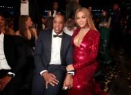 Strepitosa Beyoncé, molto meno Jay-Z. Il rapper, imprenditore e produttore cinematografico marito della bellissima Beyoncé di certo non può annoverare la bellezza fra le sue doti eppure la coppia va a gonfie vele nonostante i presunti tradimenti di lui. Si, avete capito bene è lui che tradisce lei! La coppia ora è in attesa di una coppia di gemelli, che dire? Speriamo che prendano dalla mamma!