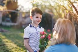 bimbo che dà i fiori