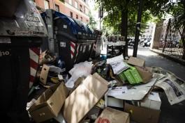 Immondizia e degrado in piazza Bologna