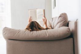 libro donna leggere divano shutterstock